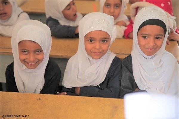 紛争の影響が大きいタイズの学校で、過密状態の仮設教室で授業を受ける女の子たち。(2020年3月23日撮影) (C) UNICEF_UNI313441_