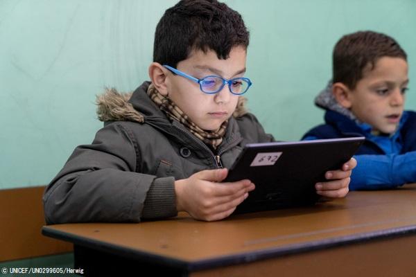 マルチメディアを用いた新しい学習プログラムが、識字率向上や社会的結合の強化に寄与している。(ヨルダン、2019年2月撮影) (C) UNICEF_UN0299605_Herwig