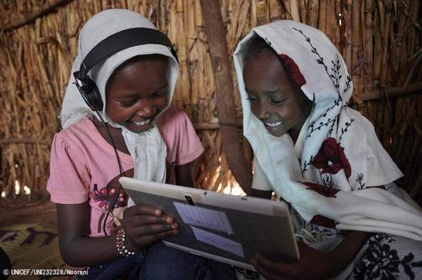 カッサラ郊外の村にあるユニセフが支援する施設で、タブレットを使って課題に取り組む女の子たち。(スーダン、2019年10月撮影) (C) UNICEF__UNI232328_Noorani