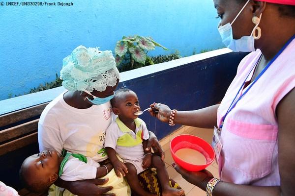 サン・ペドロの保健所で、栄養不良に苦しむ子どもに食べさせるおかゆの作り方を母親に教える看護師。(コートジボワール、2020年5月14日撮影) (C) UNICEF_UNI330298_Frank Dejongh