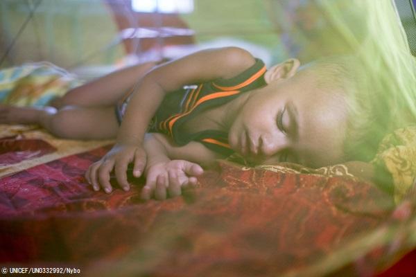 コックスバザールのクトゥパロン難民キャンプで、重度の急性栄養不良の治療を受け回復しつつある2歳のジュビルちゃん。(バングラデシュ、2019年6月撮影) (C) UNICEF_UN0332992_Nybo