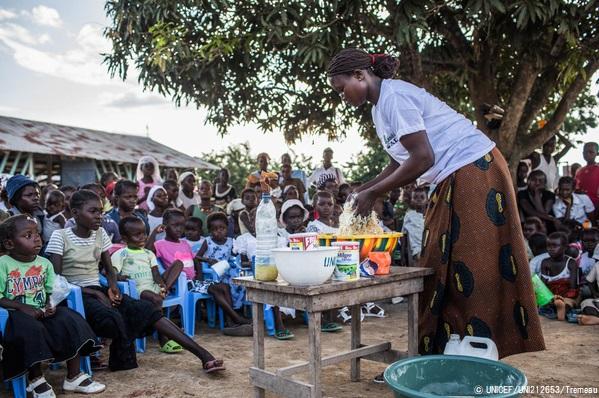 子どもの栄養不良防止のため、地域の人たちに市場で入手できる食材を使った健康的な食事の作り方を教える様子。(コンゴ民主共和国、2019年9月撮影) (C) UNICEF_UNI212653_Tremeau