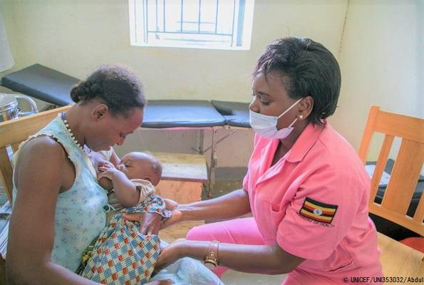 カサンダ保健センターで助産師から正しい母乳の与え方を教わる母親。(ウガンダ、2020年7月1日撮影) (C) UNICEF_UNI353032_Abdul