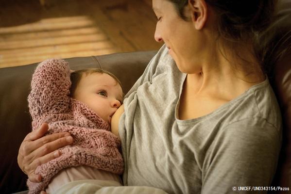 サン・ホセ県の農村部にある自宅で、生後8カ月のクララちゃんに母乳を与える母親。(ウルグアイ、2019年7月撮影) (C) UNICEF_UN0343154_Pazos