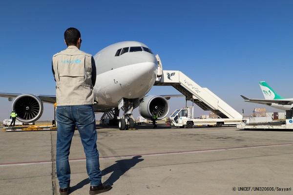 個人用防護具(PPE)などのユニセフの医療物資を載せてテヘランの空港に到着した飛行機。(イラン、2020年3月撮影) (C) UNICEF_UNI320606_Sayyari