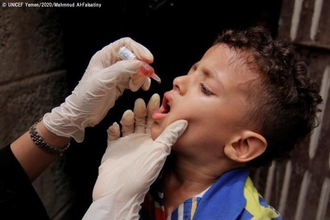 予防接種キャンペーンで、経口ポリオワクチンの接種を受ける子ども。(イエメン) (C) UNICEF Yemen_2020_Mahmoud Al-Falsatiny