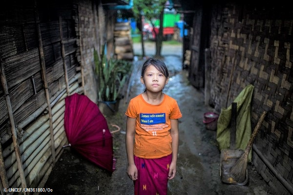 国内避難民キャンプの仮設住居の間に立つ女の子。(2020年7月撮影) (C) UNICEF_UNI361860_Oo