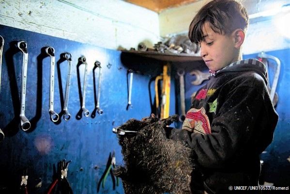 家族の生活費を稼ぐため、学校を辞めて自動車整備店で2年間働く10歳のフセインくん。(シリア、2020年2月撮影) © UNICEF_UNI310533_Romenzi