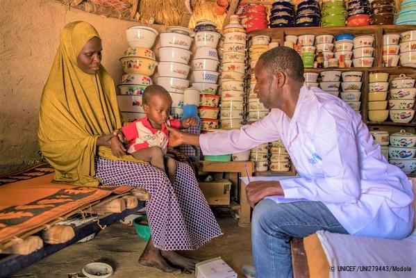 ヨラ近くの村にある自宅で保健員に健診してもらう1歳のカリムちゃん。(ナイジェリア、2020年1月撮影)(C) UNICEF_UNI279443_Modola