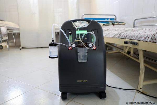 ヘラートの保健所にある酸素濃縮器。チューブやマスクを使い、鼻から酸素を送りこんでいる。(アフガニスタン、2020年9月撮影)(C) UNICEF_UNI376028_Fazel
