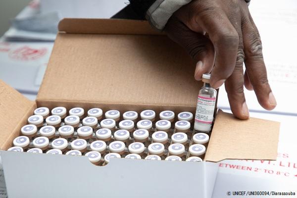 ユニセフは、ポリオやはしか、その他の命を脅かす感染症から子どもたちの命を守るため、ワクチンを調達し安全に管理している (コートジボワール、2020年5月撮影) (C) UNICEF_UNI360094_Diarassouba