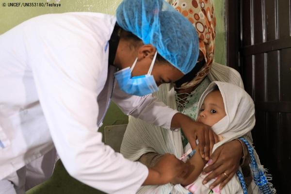 アジス・アベバで実施したはしかの予防接種キャンペーンで、予防接種を受ける2歳のベムネットちゃん。(エチオピア、2020年7月撮影)(C) UNICEF_UNI353180_Tesfaye