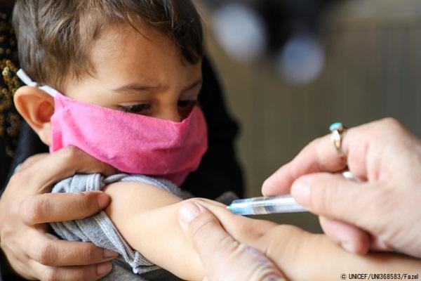 首都カブールの小児科病院ではしかの予防接種を受ける2歳のムバシャーちゃん。(アフガニスタン、2020年9月撮影) (C) UNICEF_UNI368583_Fazel