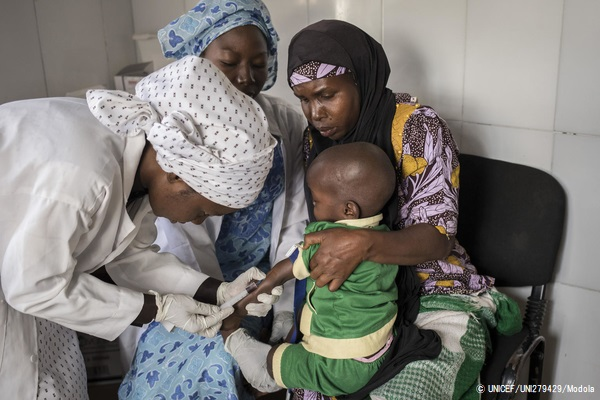 肺炎とはしかの症状があり、ヨラの診療所で血液検査を受ける2歳アダムちゃん。(ナイジェリア、2020年1月撮影) (C) UNICEF_UNI279429_Modola