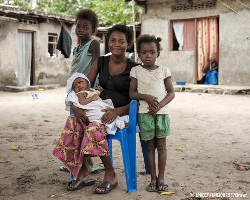 はしかの予防接種を受けた10歳のライッサさん(左)と7歳のメレくん(右)と生後1カ月のジェウちゃん(真ん中)。母親のブワンガさんははしかが原因で2人の子どもを亡くしている。(コンゴ民主共和国、2020年1月撮影) (C) UNICEF_UNI308205_Br