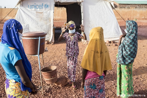 国内避難民キャンプで正しい手の洗い方を教える女の子。住んでいた村が武装勢力に襲われて逃れてきた。(マリ、2020年5月撮影)(C) UNICEF_UNI332266_Keïta