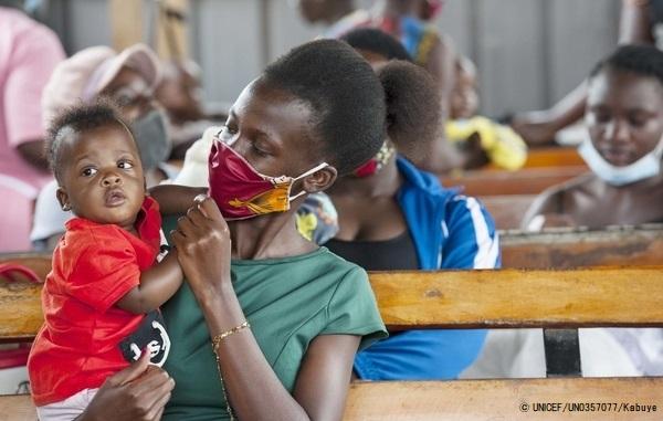 GAVIアライアンスの支援で行われる予防接種の順番を待つ親子。(ウガンダ、2020年10月20日撮影)(C) UNICEF_UN0357077_Kabuye