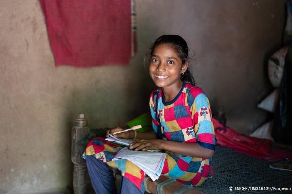 学習の遅れを取り戻そうとグジャラート州の自宅で勉強する12歳のヘタルさん。(インド、2020年6月撮影)(C) UNICEF_UNI346439_Panjwani