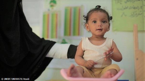 サヌアの保健センターで、栄養不良の治療を受ける生後9カ月のヌールちゃん。重度の急性栄養不良から回復しつつある。(2020年1月撮影) (C) UNICEF_UNI366578_Abaidi