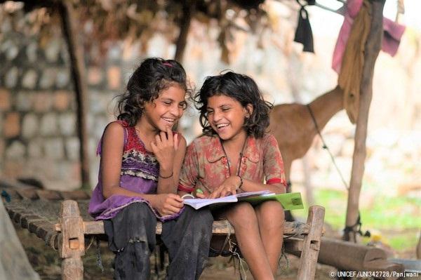 COVID-19のロックダウンの間、自宅で勉強する7歳のカンチャンさんとカシさん。(インド、2020年6月撮影) © UNICEF_UNI342728_Panjwani