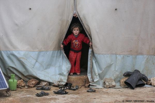 北西部にある避難民キャンプで、テントの中から外を見る子ども。(2021年1月19日撮影) (C) UNICEF_UN0405681_Akacha