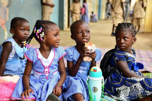 南部のアビジャン郊外の学校のグラウンドで、お昼ご飯を食べる子どもたち。(コートジボワール、2020年9月撮影) (C) UNICEF_UNI372430_Dejongh