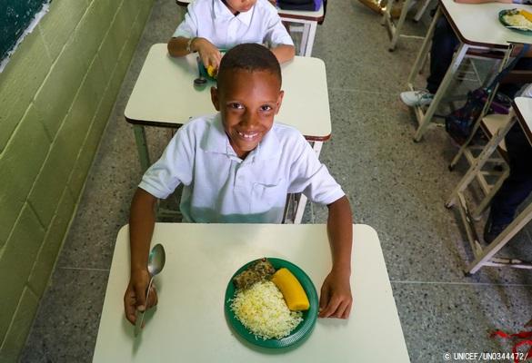ミランダ州の学校で給食を食べる男の子。(ベネズエラ、2019年9月撮影) (C) UNICEF_UN0344472_