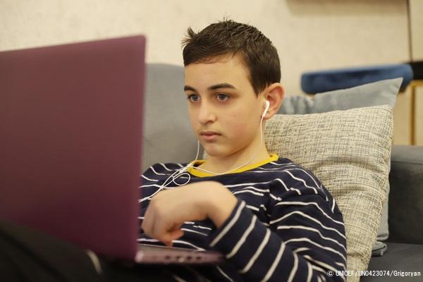 パソコンを使って宿題をするエレバンくん。(アルメニア、2020年12月撮影) © UNICEF_UN0423074_Grigoryan