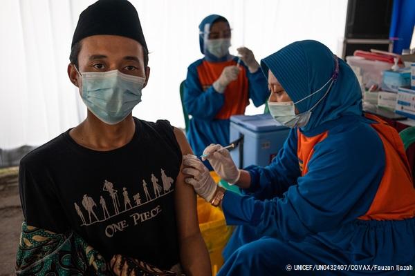 東ジャワ州にあるイスラム学校でCOVID-19ワクチンを受ける教師。(インドネシア、2021年3月23日撮影) © UNICEF_UN0432407_COVAX_Fauzan Ijazah