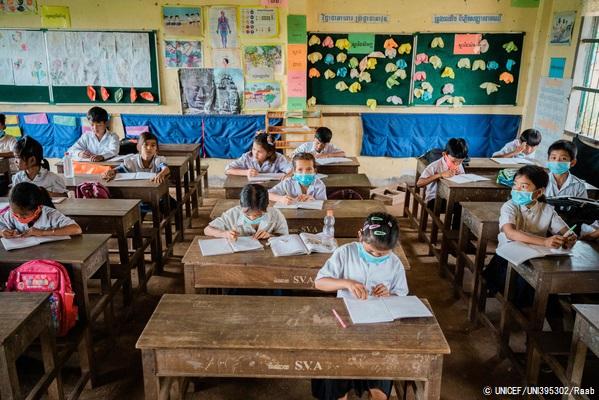 カンポット州の小学校で、距離を空けて授業に参加する子どもたち。(カンボジア、2020年9月撮影) © UNICEF_UNI395302_Raab