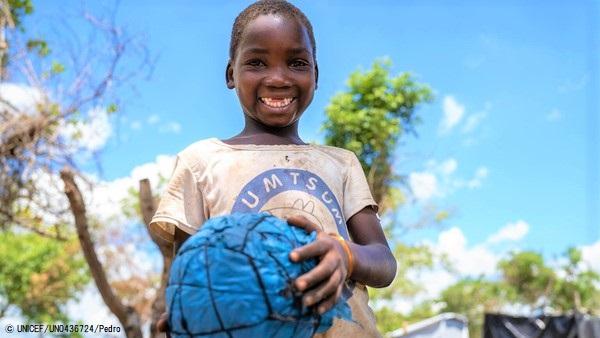 ユニセフなどの支援により、スポーツを通じて心理社会的支援を受ける男の子。支援は、ソファラ州にある5つの地域で提供されている。(モザンビーク、2021年3月撮影) (C) UNICEF_UN0436724_Pedro