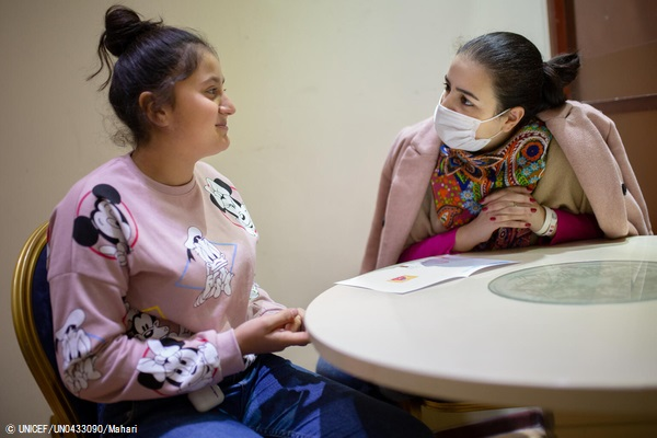 避難所に一時滞在し、心のケア支援を受ける女の子。心理学者は、子どもたちと一緒に絵を描いたり工作をしながら、打ち解けられるように工夫している。(アルメニア、2020年12月撮影) (C) UNICEF_UN0433090_Mahari