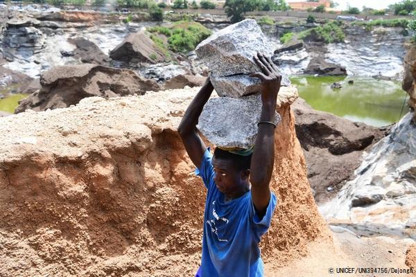 首都ワガドゥグ郊外の鉱山で働く子ども。(ブルキナファソ、2020年9月撮影) (C) UNICEF_UNI394756_Dejongh