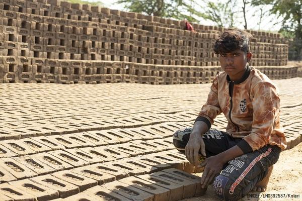 ラージャスターン州のバンスワラ地区から移民し、両親と一緒にレンガ工場で働く15歳の男の子。(インド、2020年12月撮影) (C) UNICEF_UN0392587_Kolari