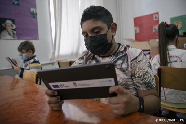 弱い立場にある子どもたちのための教育プロジェクトの支援を受け、タブレット端末を使って授業を受ける子どもたち。(セルビア、2021年5月撮影) (C) UNICEF_UN0475149_