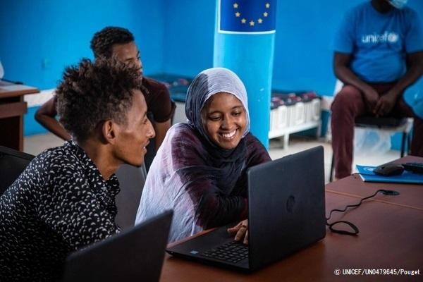 Mberra難民キャンプで、休校による退学を防ぐため導入された学習ツールを使い、勉強に取り組む18歳のウサマさん。(モーリタニア、2021年6月撮影) (C) UNICEF_UN0479645_Pouget