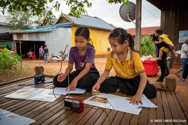 ラタナキリ州の村で、休校中にラジオ授業を通じて勉強に取り組む子どもたち。(カンボジア、2020年11月撮影) (C) UNICEF_UN0367642_Raab