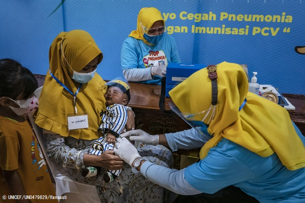 東ジャワ州で、小児用肺炎球菌ワクチン(PCV)を受ける赤ちゃん。(インドネシア、2021年6月撮影) (C) UNICEF_UN0479829_Ifansasti