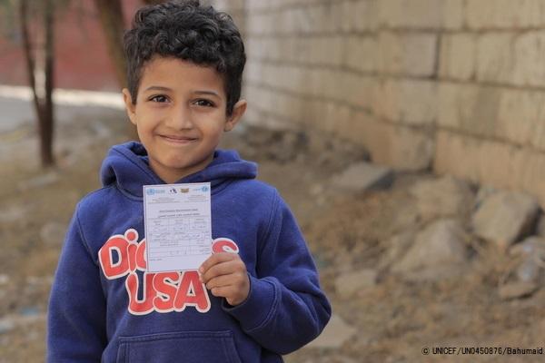 コレラの予防接種を受けた証明書を手に持つ7歳のファドルくん。(イエメン、2021年2月撮影) (C) UNICEF_UN0450876_Bahumaid