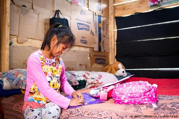 アルタベラパス県(Alta Verapaz)の自宅で勉強する11歳のマリアさん。2020年に学習が中断されたが、ユニセフの支援と先生の家庭訪問のおかげで再び教育を受けることができた。(グアテマラ、2021年2月撮影) © UNICEF_UN0486734_