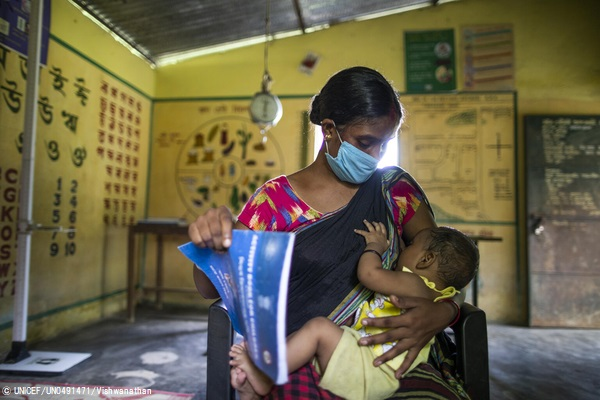 アッサム州にある保健センターで、赤ちゃんに母乳をあげる母親。(インド、2021年7月9日撮影) (C) UNICEF_UN0491471_Vishwanathan