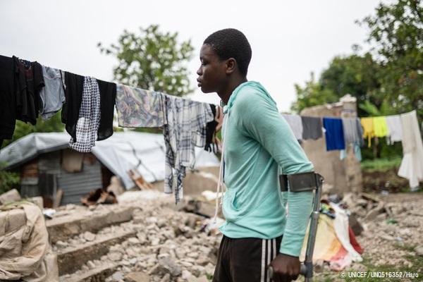 地震の被害にあい、足首の骨が砕けてギブスを付けている16歳の男の子。(2021年8月31日撮影) (C) UNICEF_UN0516352_Haro