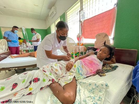 倒壊した家の下敷きになり、治療を受ける12歳のシモーヌさん。(2021年9月6日撮影) (C) UNICEF_UN0516288_Crickx