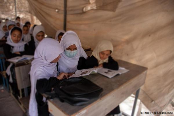 小学1年生から高校3年生までの女子生徒が通うMawlana Hatefi女子学校。多くの女子生徒が通う一方で、資金不足により教室の数が足りず、一部の授業はテントで行われている。(2021年9月5日) (C) UNICEF_UN0518450_Bidel