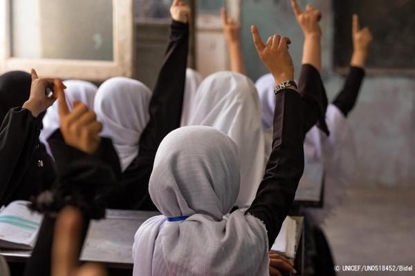 授業を受ける女の子たち。(2021年9月5日撮影) (C) UNICEF_UN0518452_Bidel
