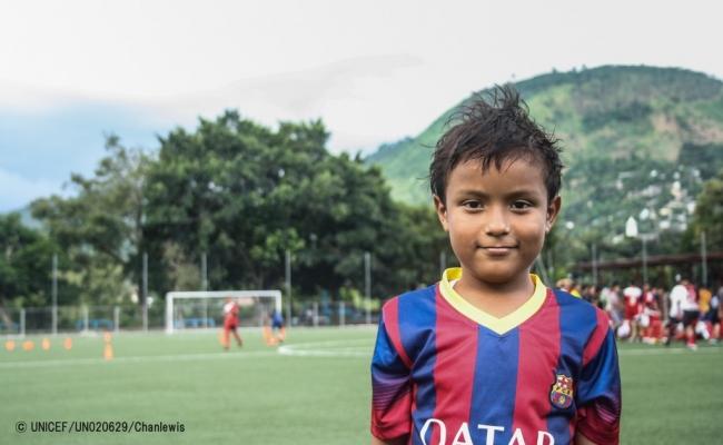 エルサルバドルの地元スタジアムでサッカーをする男の子(2016年9月撮影)(C) UNICEF_UN020629_Chanlewis