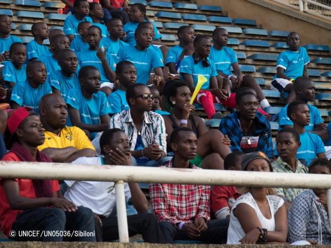 ウガンダで行われたFCバルセロナレジェンドの試合を観戦する人たち(2015年12月撮影)。(C) UNICEF_UN05036_Sibiloni