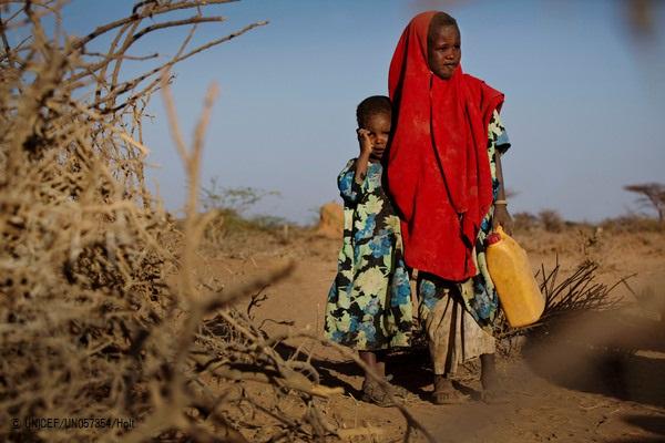 仮設の家の前に立つ姉妹。家族は、水と食料を求め故郷からの避難を強いられた。(ソマリア・ブラオ)2017年3月撮影(C) UNICEF_UN057354_Holt