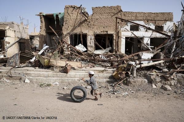 破壊された建物の前で、タイヤで遊ぶ男の子。 (イエメン・サアダ)2017年4月撮影(C) UNICEF_UN073958_Clarke for UNOCHA