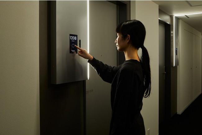 ルームキーの代わりに顔認証システムで入室が可能